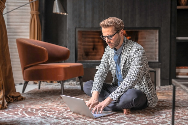 Modieuze man in een design interieur Premium Foto