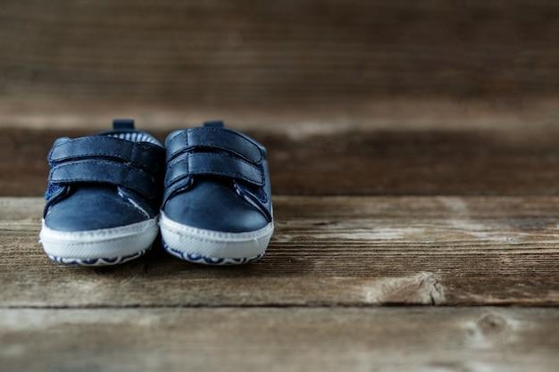 Modieuze moderne kinderschoenen. Premium Foto