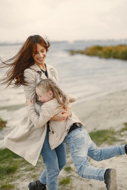 Modieuze moeder met dochter. mensen lopen naar buiten Gratis Foto