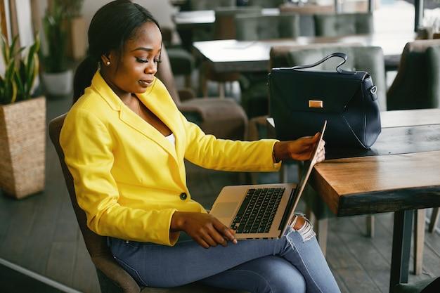 Modieuze onderneemster die in een bureau werkt Gratis Foto