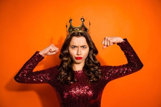 Modieuze vrouw poseren tegen de oranje muur Premium Foto