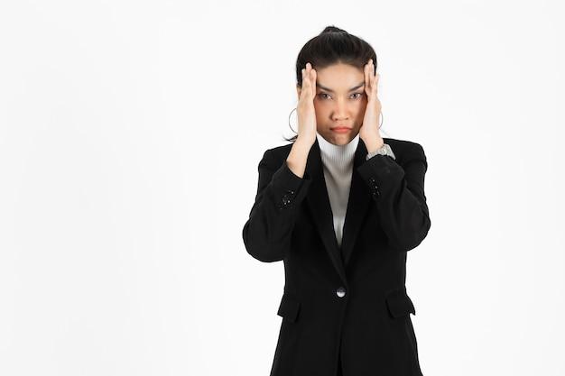 Moe overwerkte aziatische zakenvrouw die lijdt aan een ernstige depressie Premium Foto