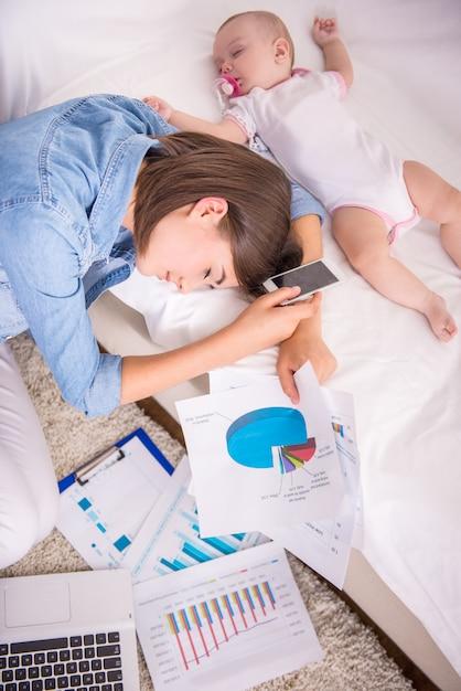 Moe vrouw in slaap vallen tijdens het werken thuis. Premium Foto