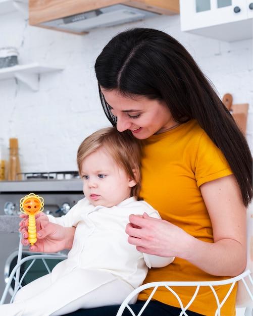 Moeder bedrijf baby spelen met speelgoed Gratis Foto