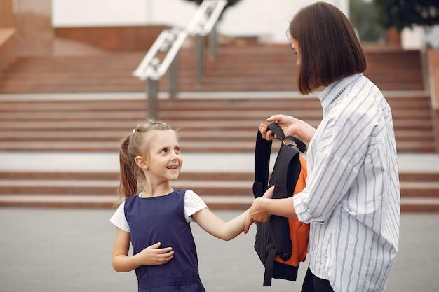 Moeder bereiden dochtertje naar school Gratis Foto