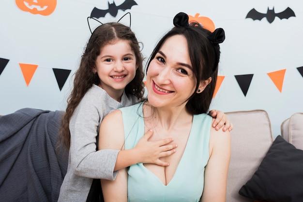 Moeder die een gelukkig ogenblik met dochter heeft Gratis Foto