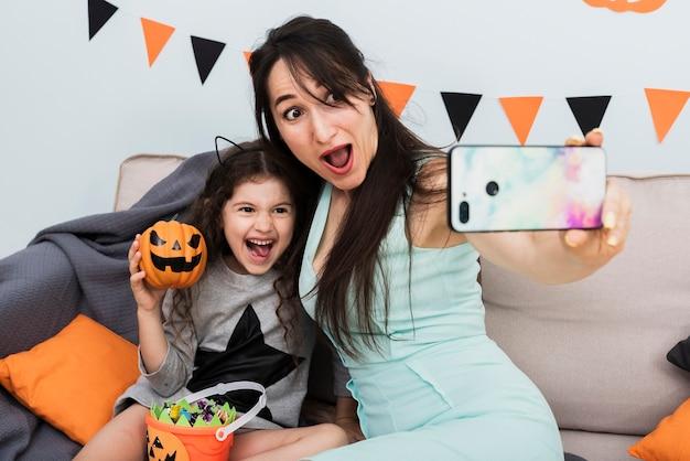 Moeder die een selfie met dochter op halloween neemt Gratis Foto