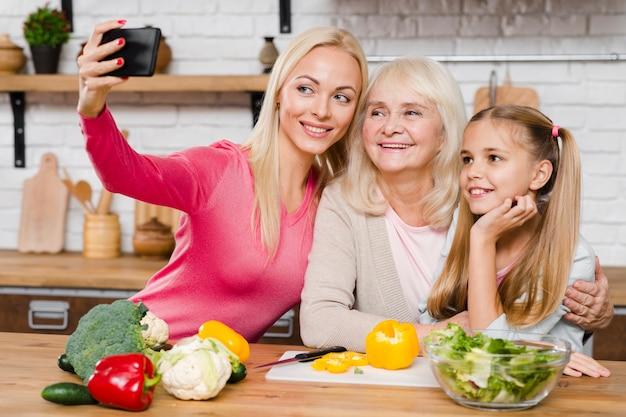 Moeder die een selfie met haar familie neemt Gratis Foto