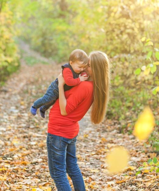 Moeder die strakke schattige babyjongen houdt Gratis Foto