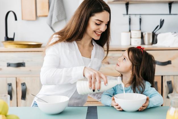 Moeder en dochter aan het ontbijt Gratis Foto