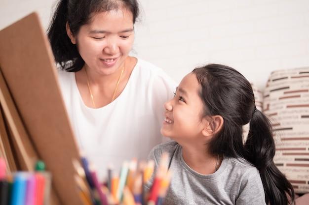 Moeder en dochter delen hun vakantie Premium Foto