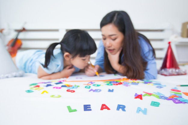 Moeder en dochter die het alfabet bestuderen Gratis Foto