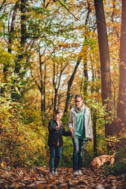 Moeder en dochter die in een bos wandelen Premium Foto