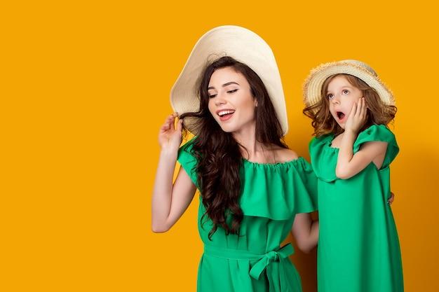 Moeder en dochter die in hoeden omhoog kijken Premium Foto