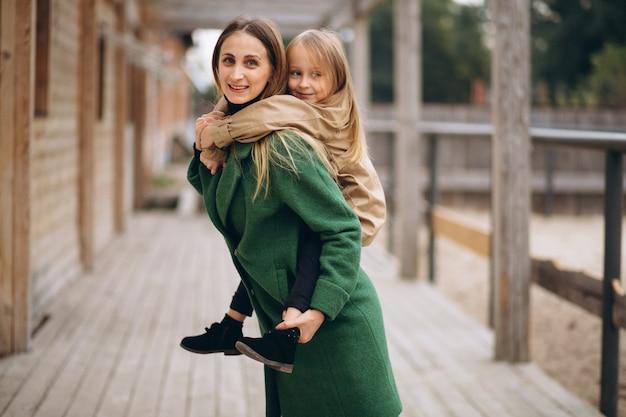 Moeder en dochter die rond de stal lopen Gratis Foto