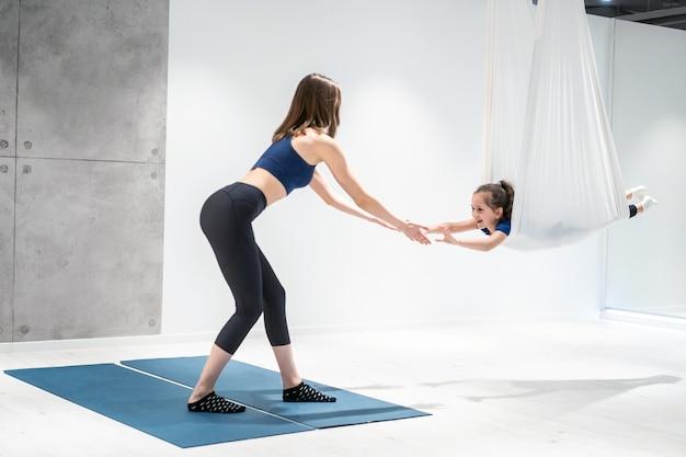 Moeder en dochter doen yoga Gratis Foto