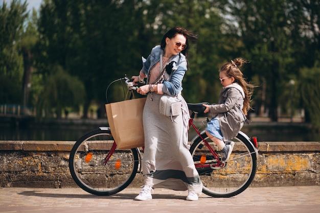 Moeder en dochter fietsen Gratis Foto
