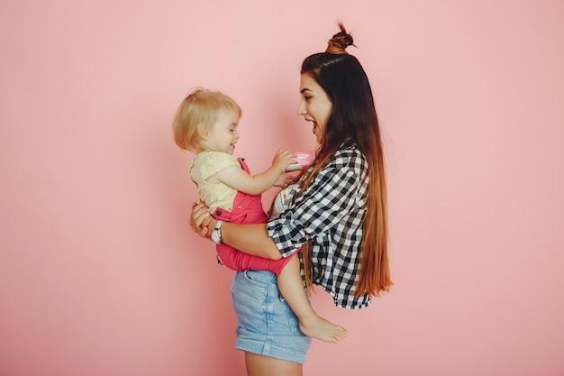 Moeder en dochter hebben plezier in een studio Gratis Foto