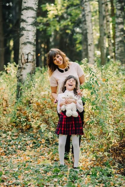 Moeder en dochter herfst in park Premium Foto