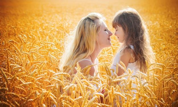 Moeder en dochter in een tarweveld. selectieve aandacht. Premium Foto