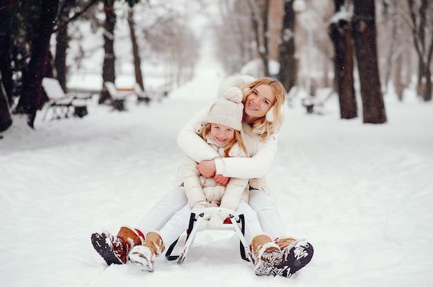 Moeder en dochter in een winter park Gratis Foto