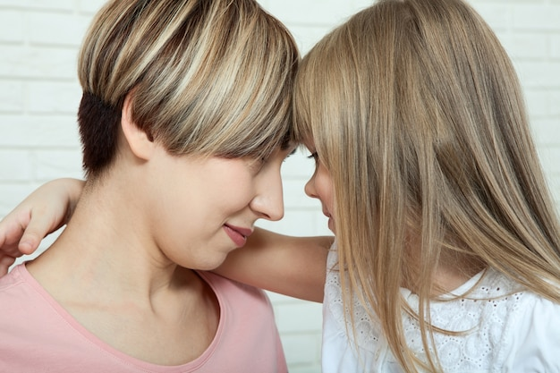 Moeder en dochter knuffelen, moederdag Premium Foto