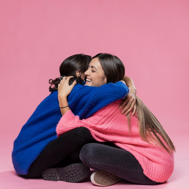 Moeder en dochter knuffelen Premium Foto