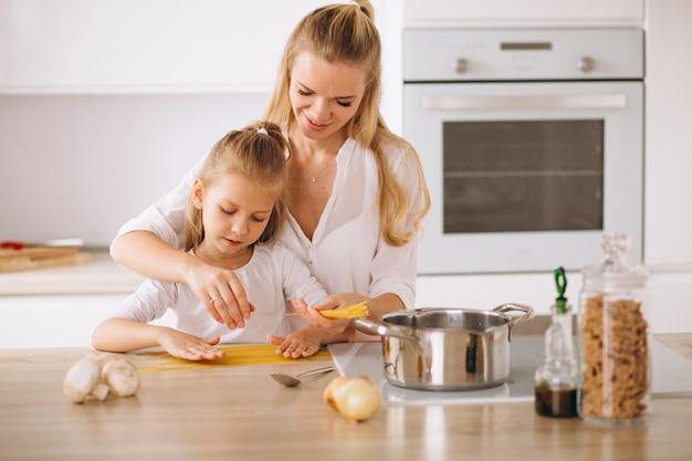 Moeder en dochter koken pasta Gratis Foto