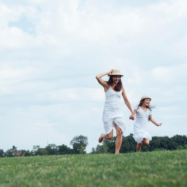 Moeder en dochter lopen buiten Gratis Foto