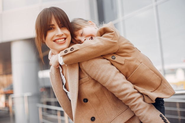 Moeder en dochter met boodschappentas in een stad Gratis Foto