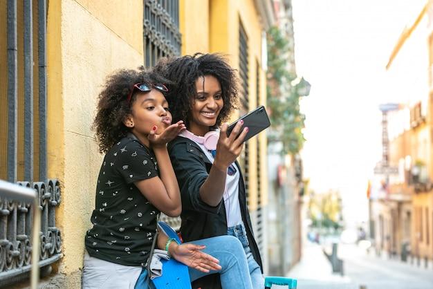 Moeder en dochter nemen een selfie samen Premium Foto