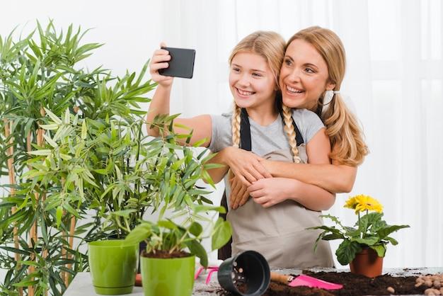 Moeder en dochter nemen selfies Gratis Foto