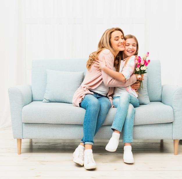 Moeder en dochter omhelzen elkaar Gratis Foto