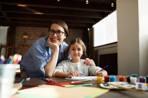 Moeder en dochter poseren thuis Premium Foto