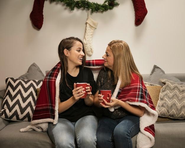Moeder en dochter samen glimlachen Gratis Foto