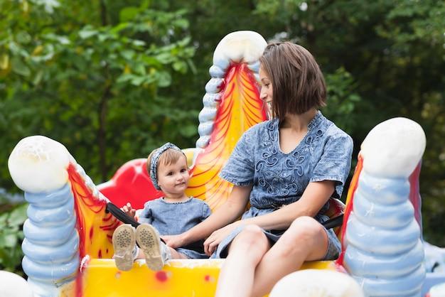 Moeder en dochter samen in park Gratis Foto