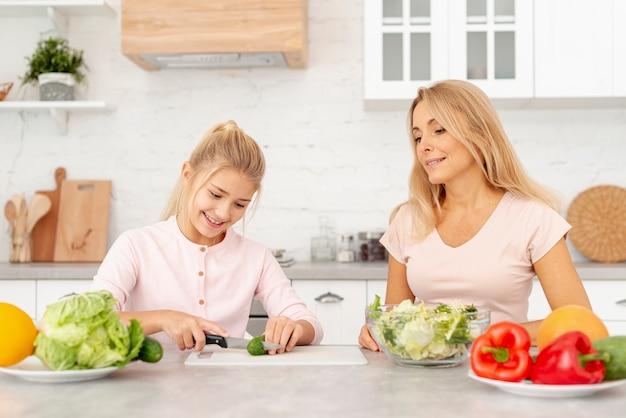 Moeder en dochter samen koken Gratis Foto