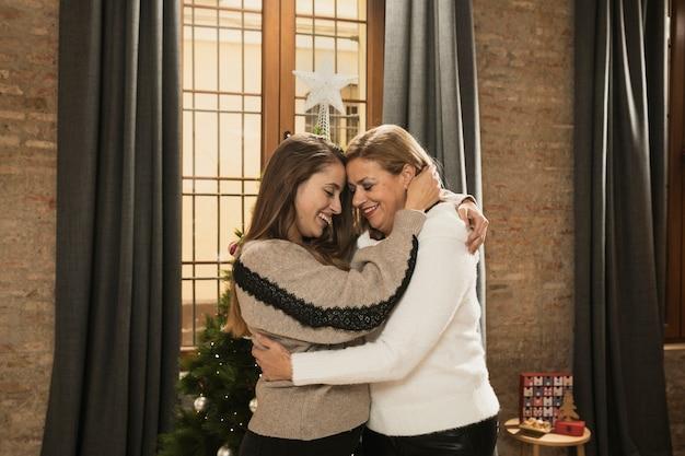 Moeder en dochter samen voor kerstmis Gratis Foto