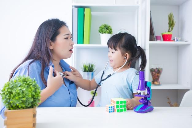 Moeder en dochter speelarts met stethoscoop Gratis Foto