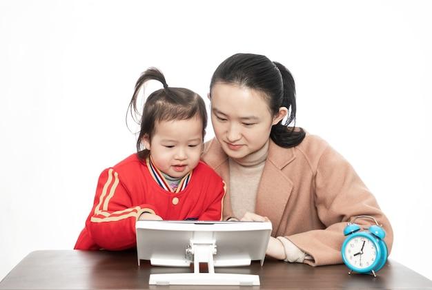 Moeder en dochter studeren online klas met tabletcomputer Premium Foto