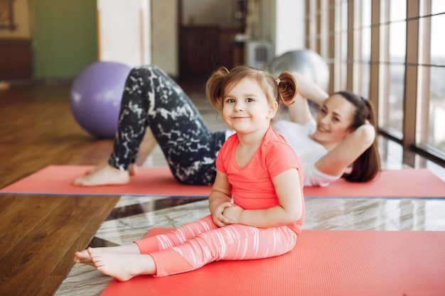 Moeder en dochter training in een sportschool Gratis Foto