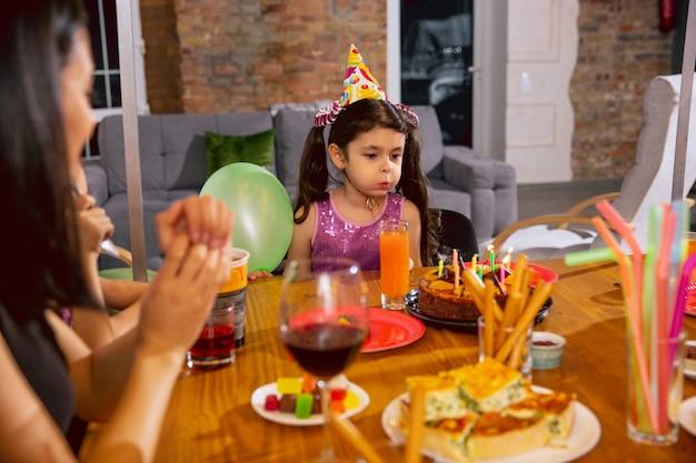 Moeder en dochter vieren een verjaardag thuis Gratis Foto