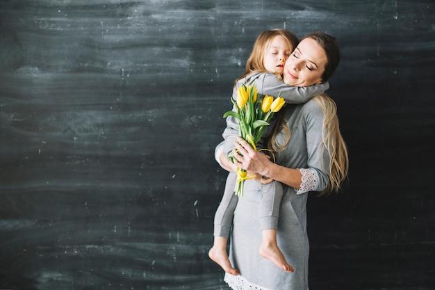 Moeder en dochter vieren moederdag met knuffel Gratis Foto