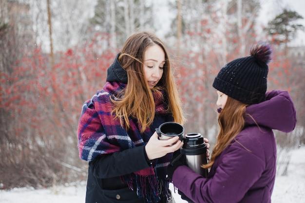 Moeder en dochter wandelen in het bos van de winter, park, wandelen en wandelen, winterkleren, tienermeisje Premium Foto