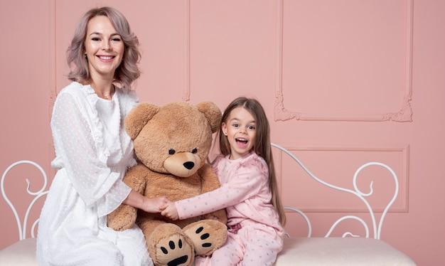 Moeder en dochterholdingsteddybeer Gratis Foto