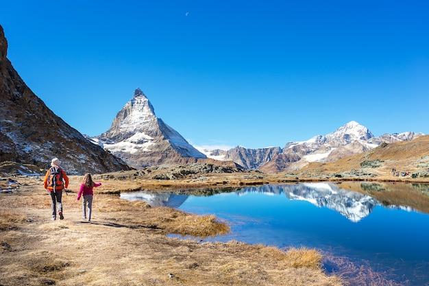 Moeder en dochterrugzak op matterhorn-berg, zermatt, sw Premium Foto