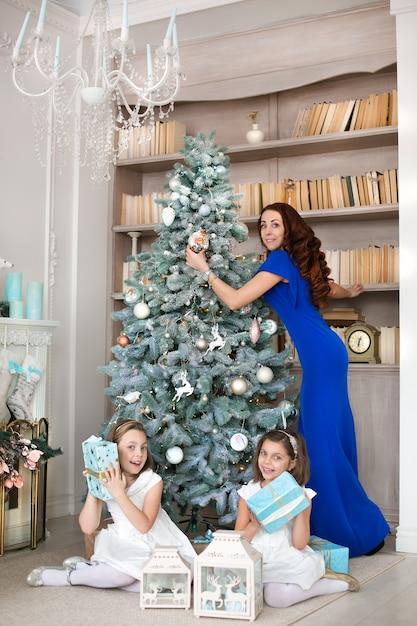 Moeder en dochters wisselen kerstcadeaus uit Premium Foto