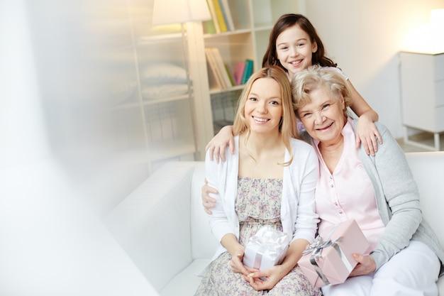 Moeder en grootmoeder met giften Gratis Foto