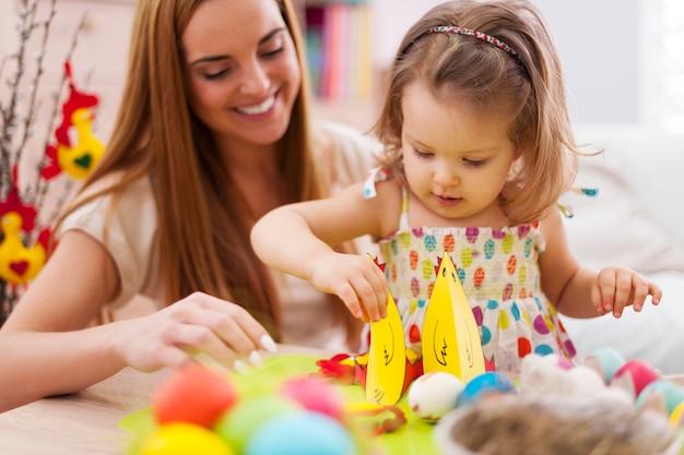 Moeder en haar baby spelen in paasvakantie Gratis Foto