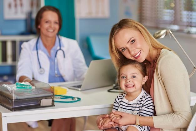 Moeder en haar dochter op bezoek bij de dokter Gratis Foto
